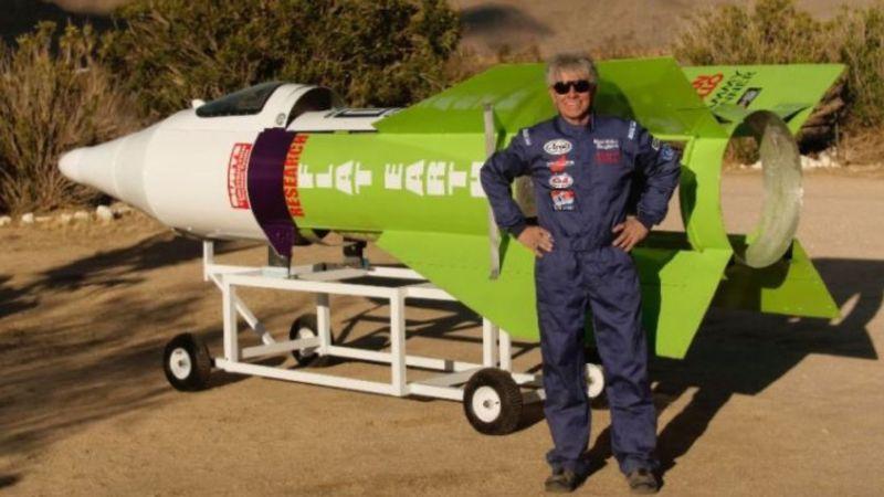 Hombre se lanzó a 570 metros de altura en su propio cohete